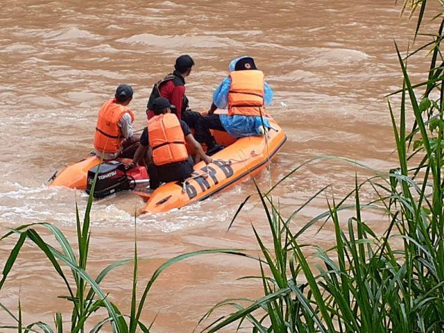 Warga Dusun Way Jurak Pekon Way Kunyir Kecamatan Pagelaran Utara Hanyut Terbawa Arus Di Sungai Way Sekampung